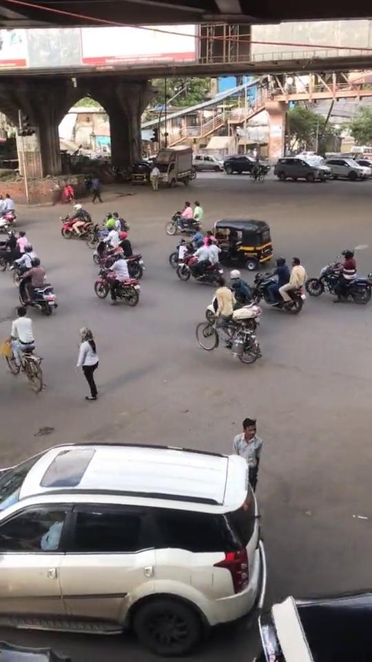 在印度不管是豪车,还是行人都一样的,没人会遵守交通规则!