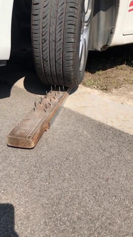 橡胶轮胎和洋钉谁更刚?看汽车碾压过后,果然没让我失望!