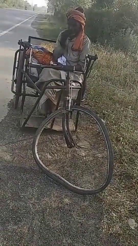 骑三轮车最高的境界,车圈都瓢成这样了,这个印度大爷厉害!