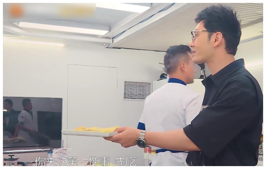 杨超越来《中餐厅4》帮厨,画风完全不一样,一本正经地制造笑料