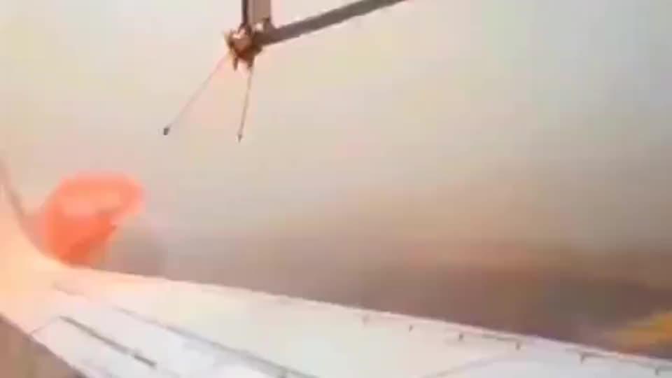 机器给飞机除冰,全自动的操作,就是这么简单!