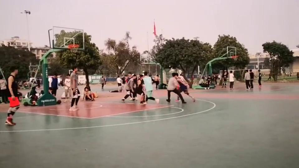 广西大学篮球场,身高1.7的照样能打赢1.9的,看看都用什么招?