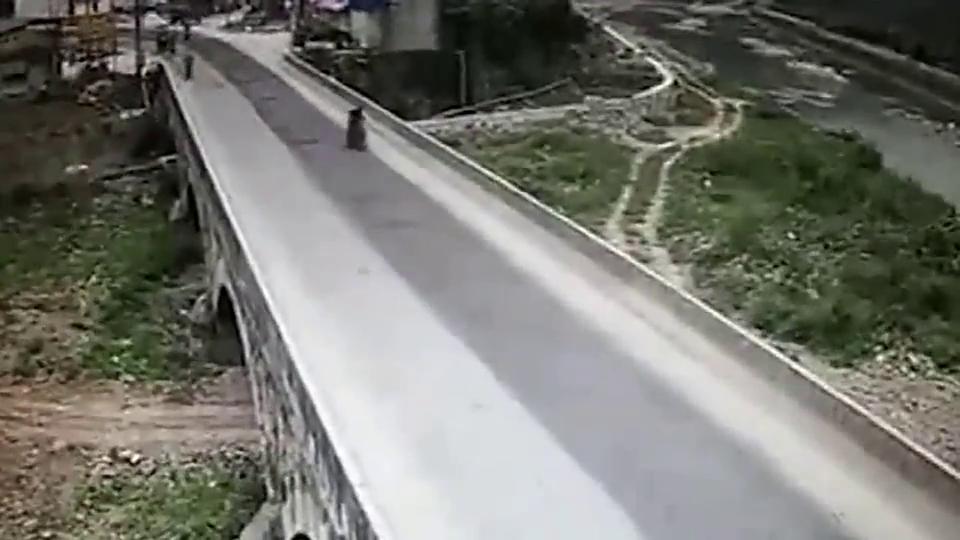 摩托车司机以这样方式死亡,亲人看完无法接受,监控拍下事件过程
