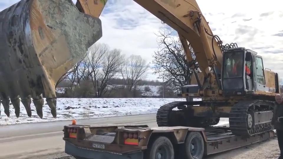 利勃海尔964,大型挖掘机真麻烦,想转场还需要专用拖车