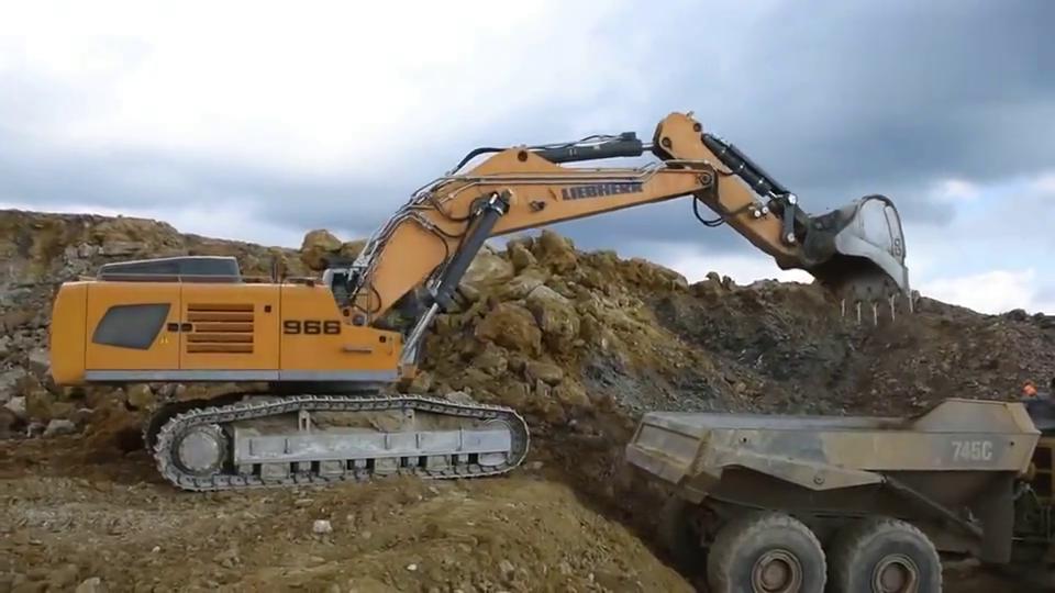 利勃海尔966挖掘机,疑惑,机械臂上为何会有这么多油管?