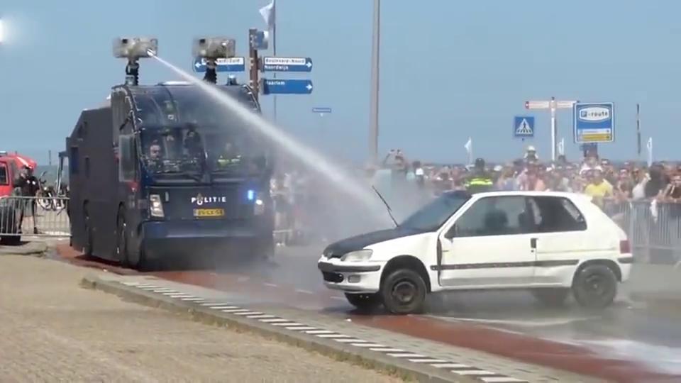 美国水发射器警察专用车,违章停车直接冲,霸气