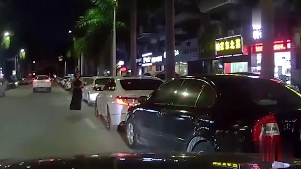 黑车司机突然失控侧滑,厢货车师傅急速驶来,下一秒惨烈收场