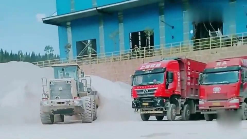 铲车给大货车装车,这技术要求非常高,新手司机根本没法开