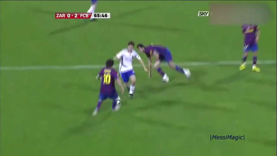 梅西是真厉害,在禁区被人如此拉扯,还能送球入框!