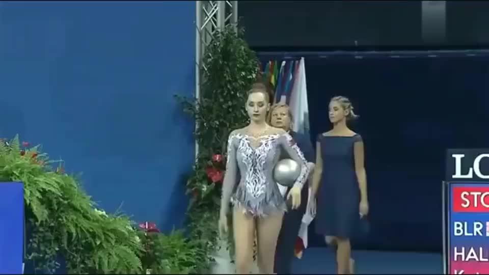 外国女孩艺术体操精彩表现征服观众,慢动作回放姑娘有点尴尬!
