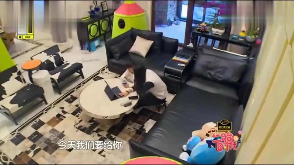 杨阳洋在家中兴奋的寻找自己的礼物,当看到礼物时,呆住了!