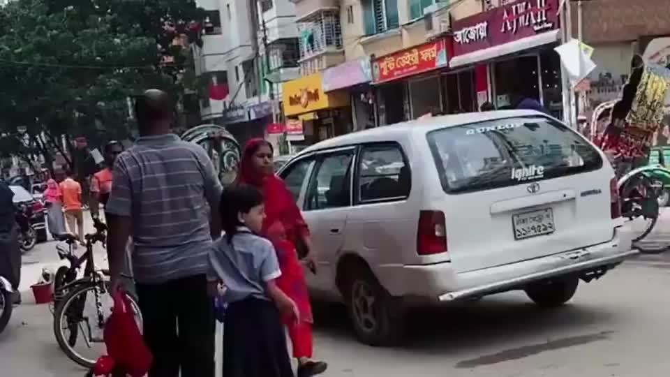 街头遇见印度人砸钉子,怎么还有一个敲地面的,打酱油的吗?
