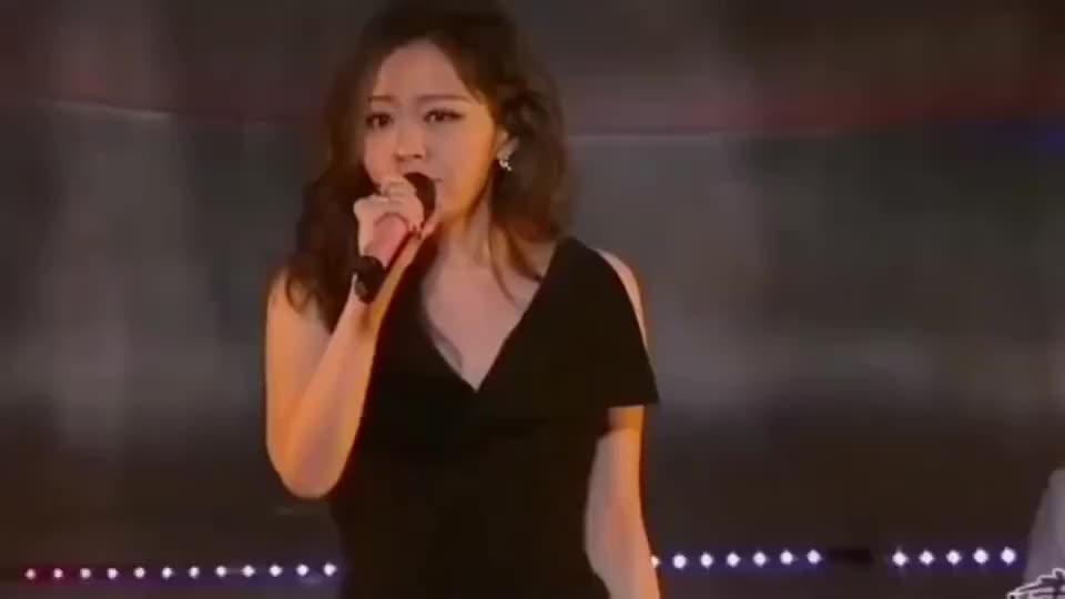 张靓颖一首情感音乐《我是与你无关的》不该是你,我又该遇见谁!