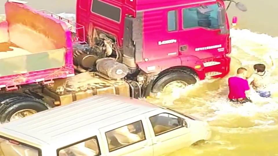 雨水天气多,汽车涉水熄火怎么办?人员先撤离安全地带