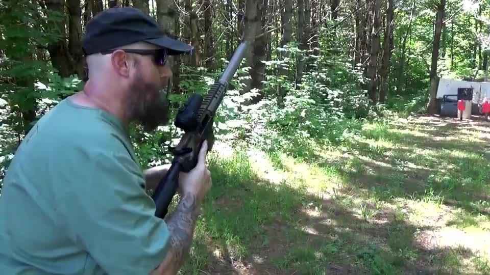 步枪配备消音器射击测试,弹匣手动压弹,搭配着瞄准镜准度特别高