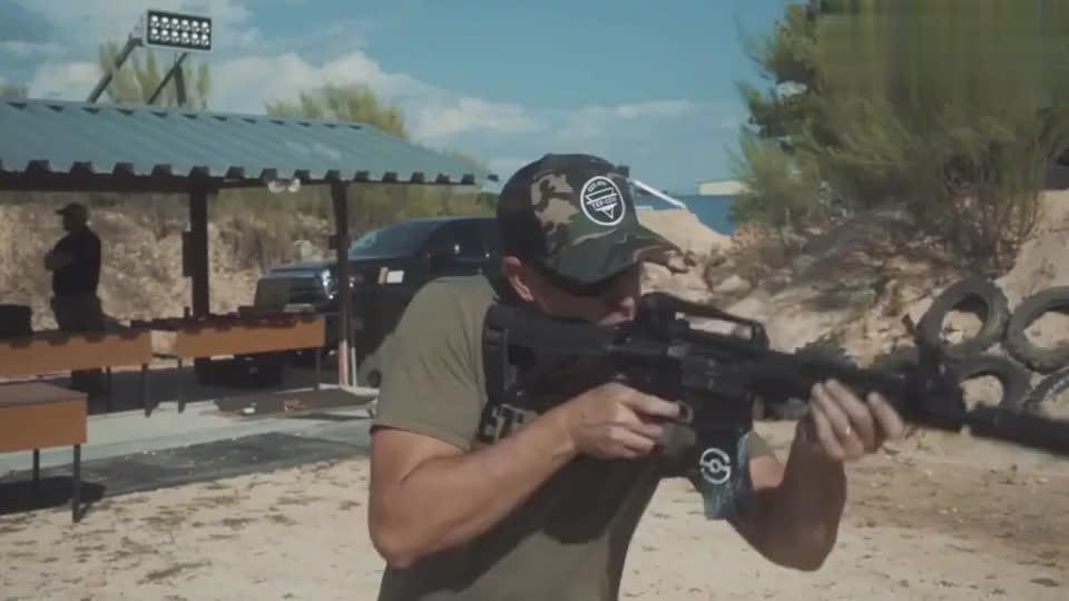 步枪配备消音器,射击声音很小,连耳麦都不需要佩戴!
