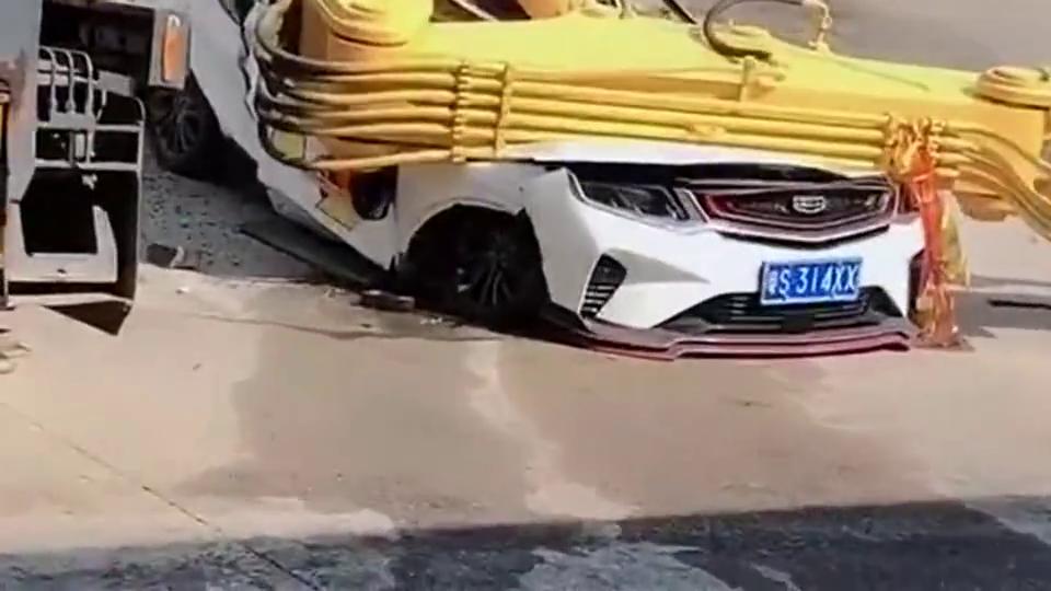吊车把马路上的汽车给压扁了,广东司机躲过一劫,真是好惊险啊!