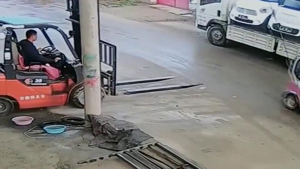 监控:女司机就是任性,这也能撞上,叉车司机:这下倒霉了