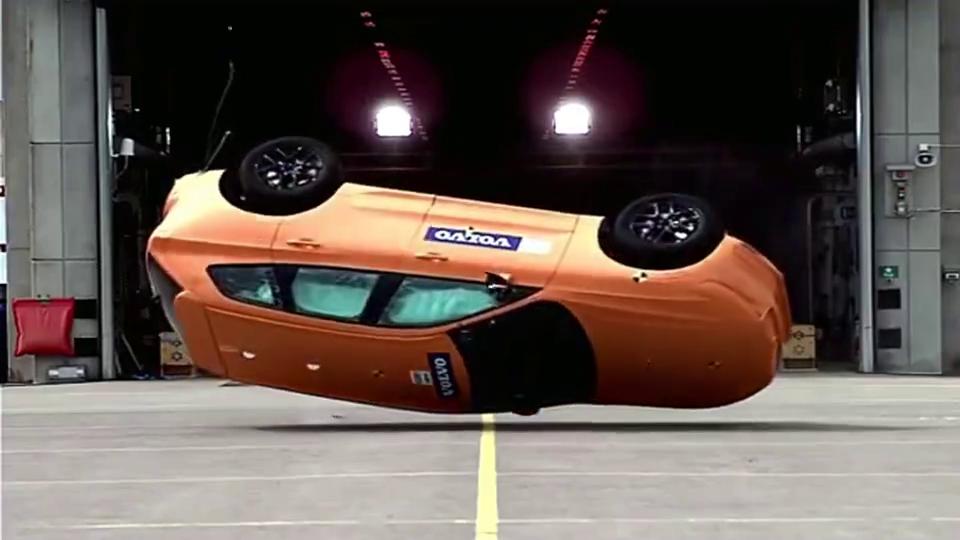 碰撞测试:沃尔沃翻滚测试,最安全汽车称号不是盖的。