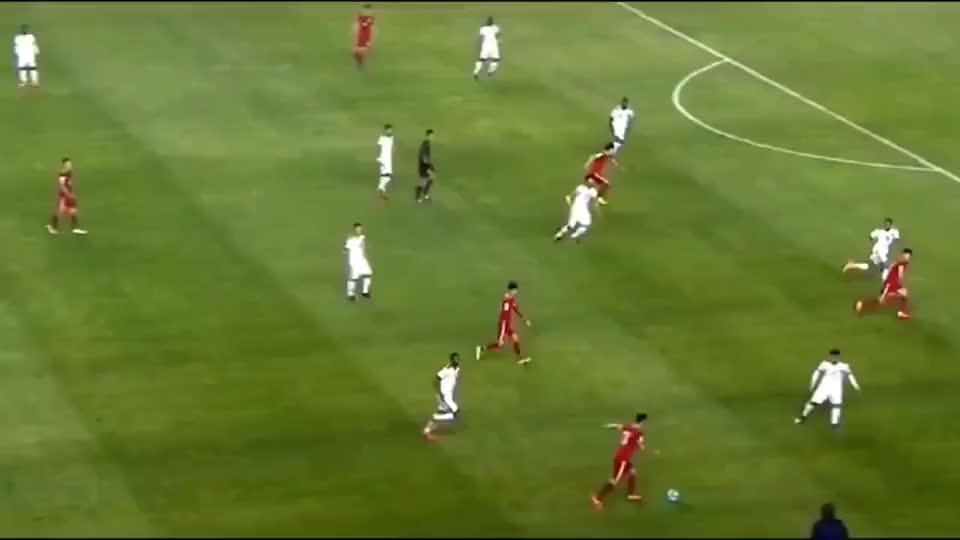 当一个前锋成为对方后防线重点盯防对象时,说明他已经足够优秀