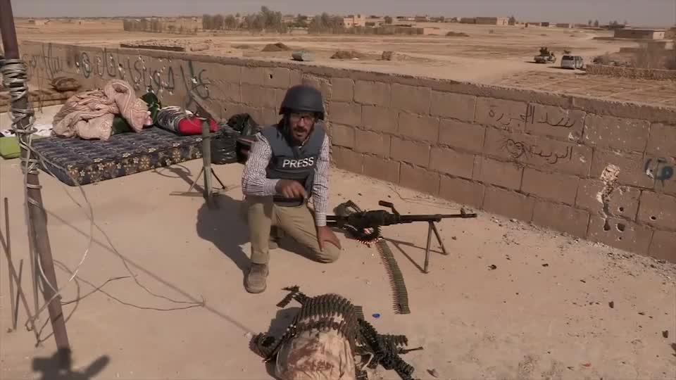 实拍叙利亚战场,看来这哥们太累了,枪都拿不稳了!