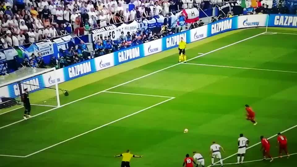 2019年欧冠决赛萨拉赫点球命中,利物浦队取得领先。