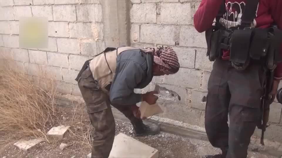 见识下叙利亚叛军开洞绝技:赶紧把洞口开大点,让兄弟们快跑!