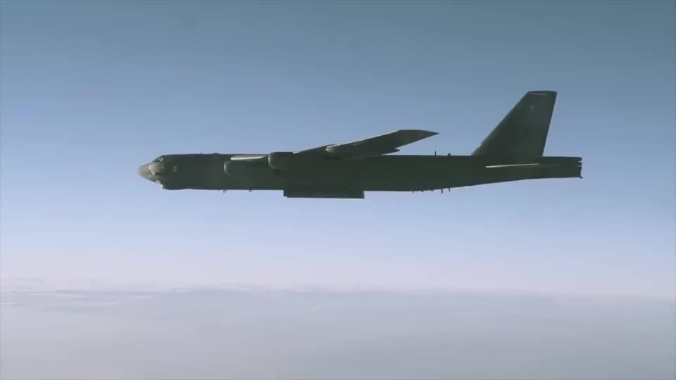 美国B52轰炸机发射AGM-86隐形巡航导弹导弹尾部连火焰都没有