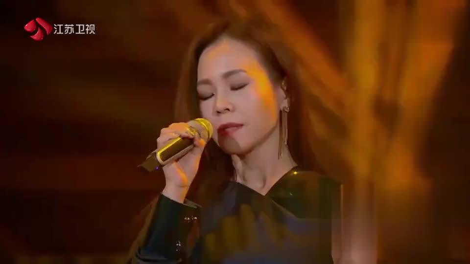 不愧是金曲女歌手,彭佳慧登台演唱,在场嘉宾瞬间就都沸腾了!