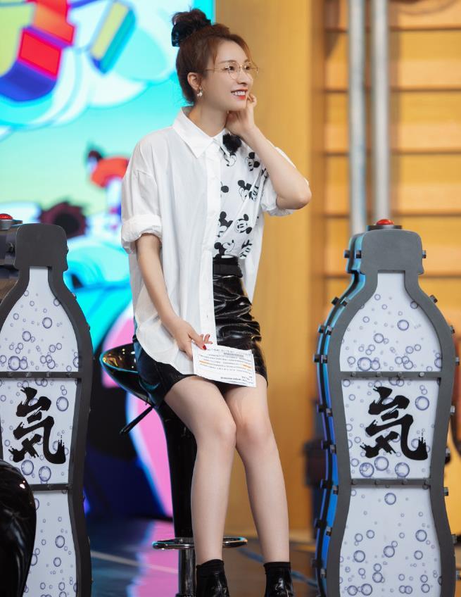 吴昕没成团不遗憾,继续在哥哥舞台绽放,穿小皮裙瘦腿后真自信