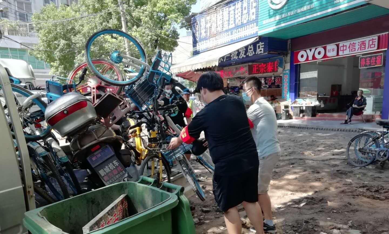 鄂州市儒学社区开展清理僵尸车专项整治行动