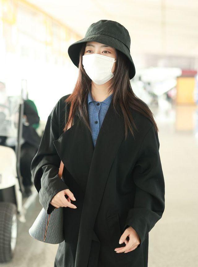 谭松韵穿黑色风衣简单干净似学妹,长发配渔夫帽气质温柔
