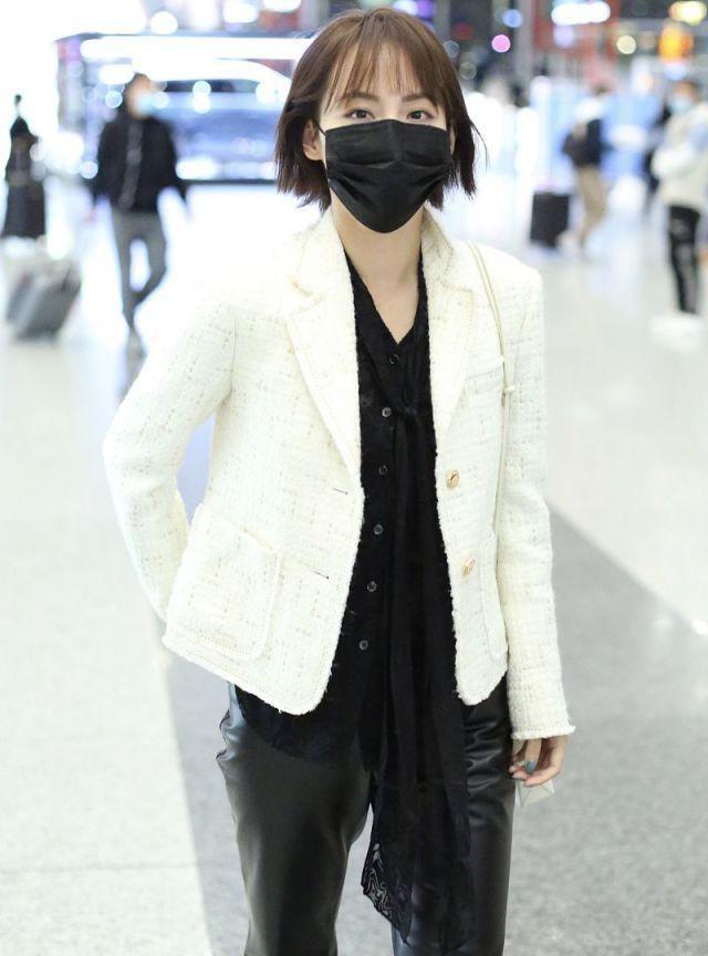张嘉倪机场为粉丝签名宠粉满分,短发造型黑白配穿搭秀美腿