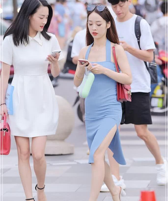 路人街拍:搭配这款海蓝长裙,小个子女生搭出1米7既视感