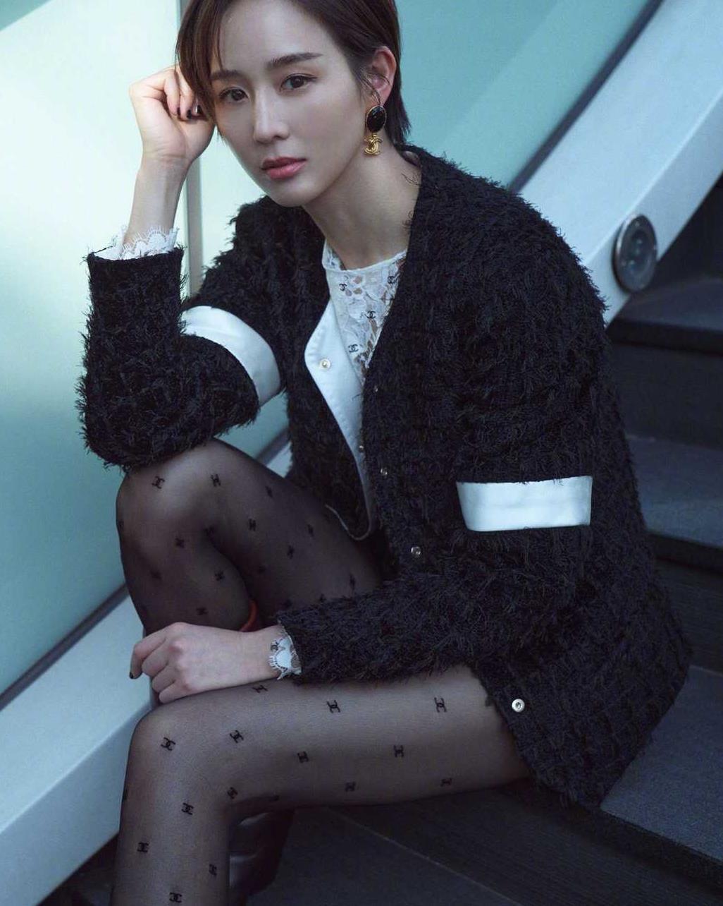 张钧甯的黑丝造型太惊艳,配小香风外套+短裤,短发仍然是万人迷