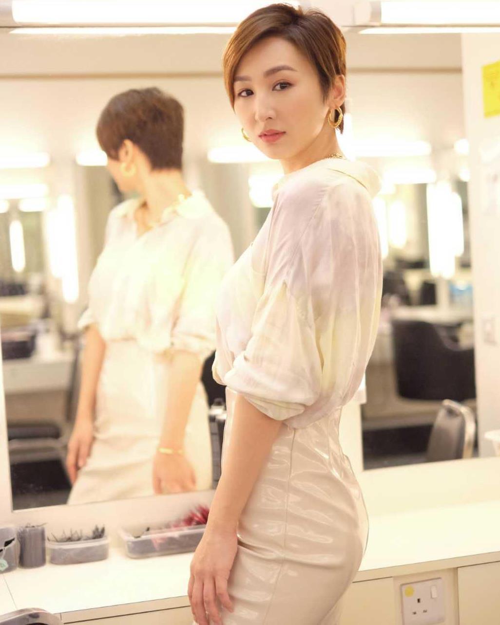 高海宁短发造型A爆,穿白衬衫配包臀裙,金项链不土反而很高级