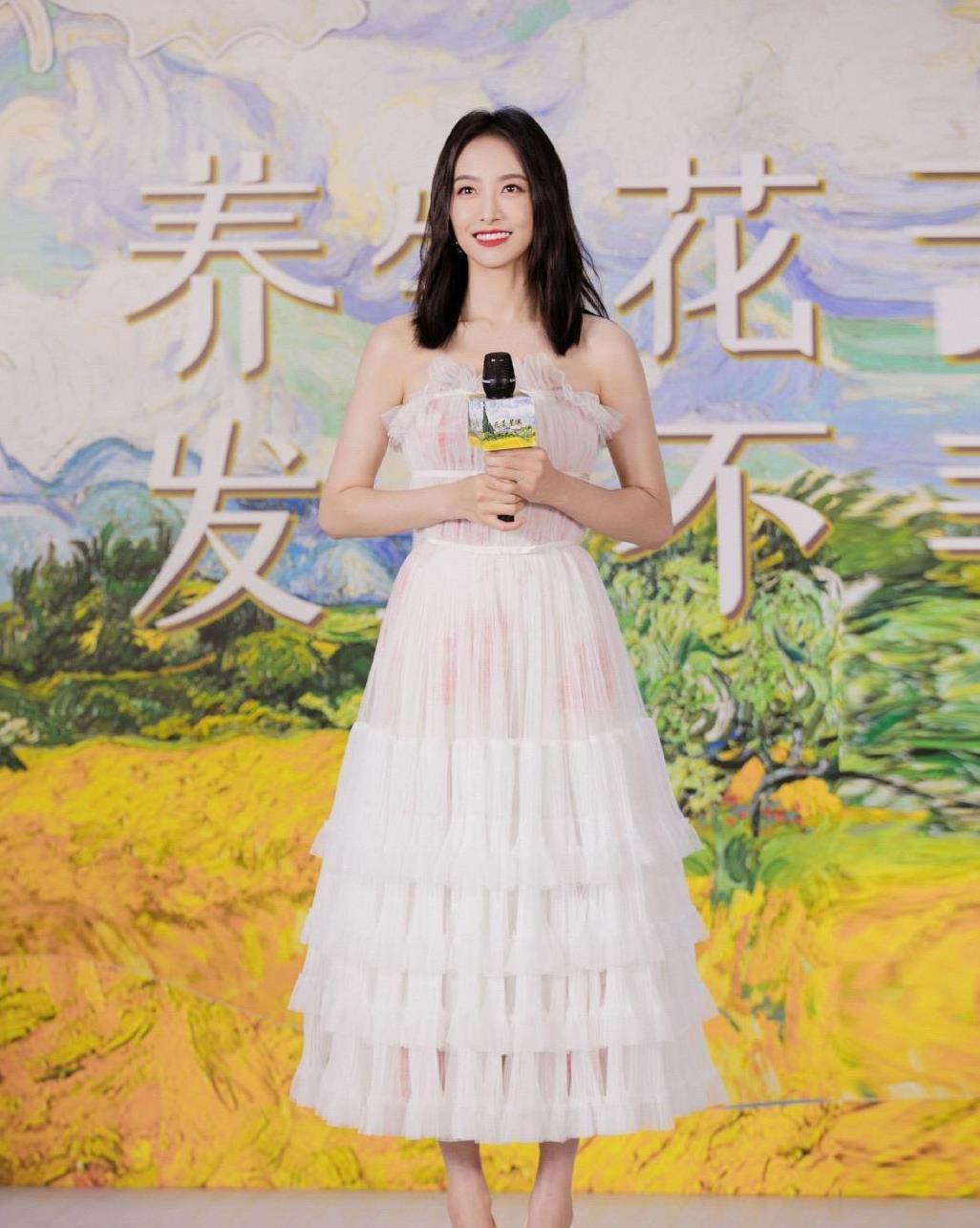 """宋茜颜值和气质没得挑,穿白色蛋糕裙减龄洋气,秒变成""""初恋"""""""