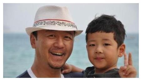 《爸爸去哪儿》的石头大变脸,看过照片后,网友:确定是同一人?