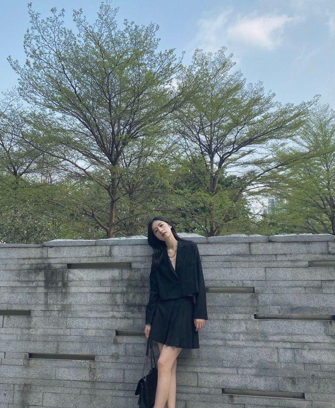 周雨彤穿中国风西装及拼接百褶半裙,气场十足,率性洒脱的酷girl