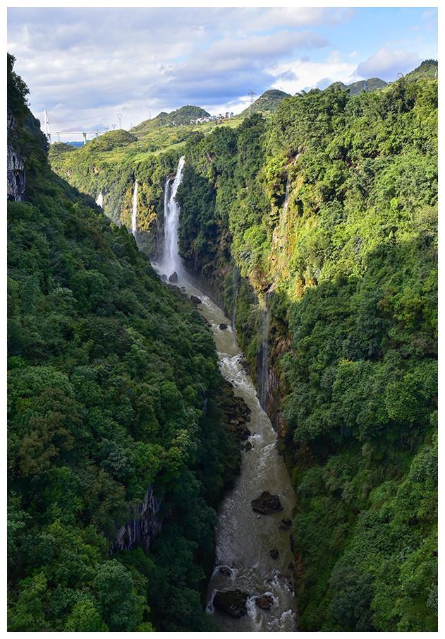 这条峡谷由上往下看是一道地缝,由下往上看是一线天沟震惊中外