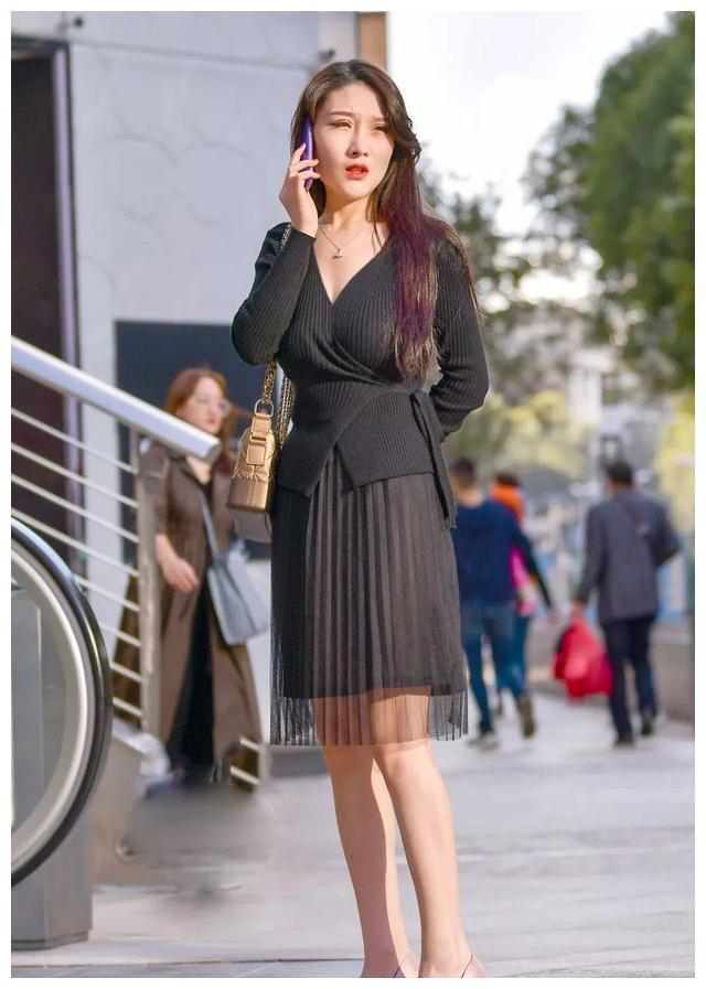 短款宽松显瘦的版型,个性的交叉V领设计,凸显女性独有知性魅力