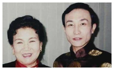 10年前,赵丽蓉临终给巩汉林留下一句忠告,他自此再未上过春晚
