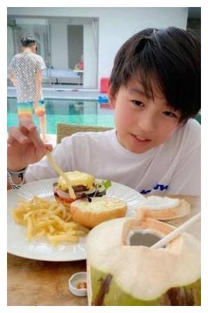 张柏芝二儿子才是美颜如玉,简单白T穿出时髦感,头发飘逸似霆锋