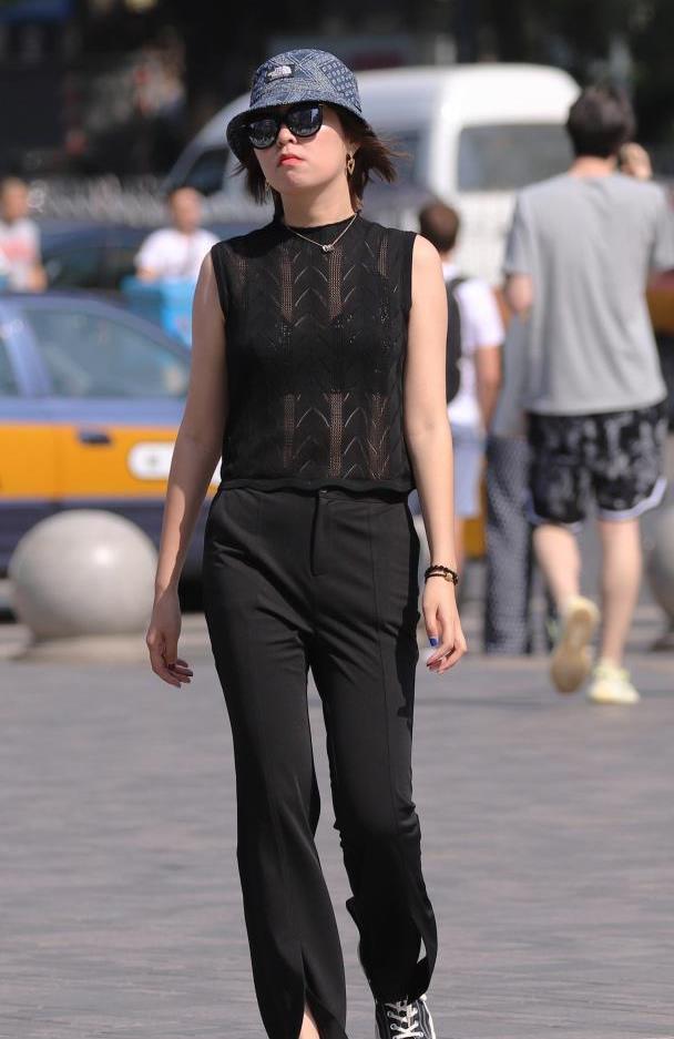 """三里屯街拍:黑色的花朵吊带裙穿在这位身材良好的""""小姐姐""""身上"""