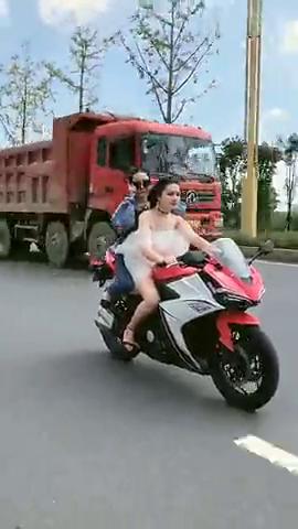 现在这个季节,这位开摩托车的小姐姐还穿这么少不冷吗?