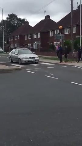 当汽车压到了斑马线,看外国友人是怎么过马路的,这感觉真的爽!