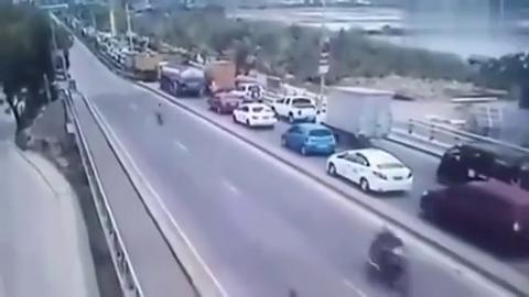 车祸:前方正在堵车,大货车突然失控横扫一片,瞬间十连杀