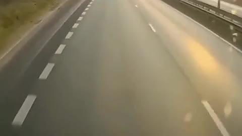 越野车被大货车夹击,监控拍下全过程