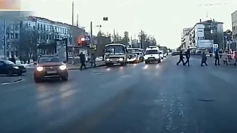 女司机高速上作死,下一秒被惨烈撞飞