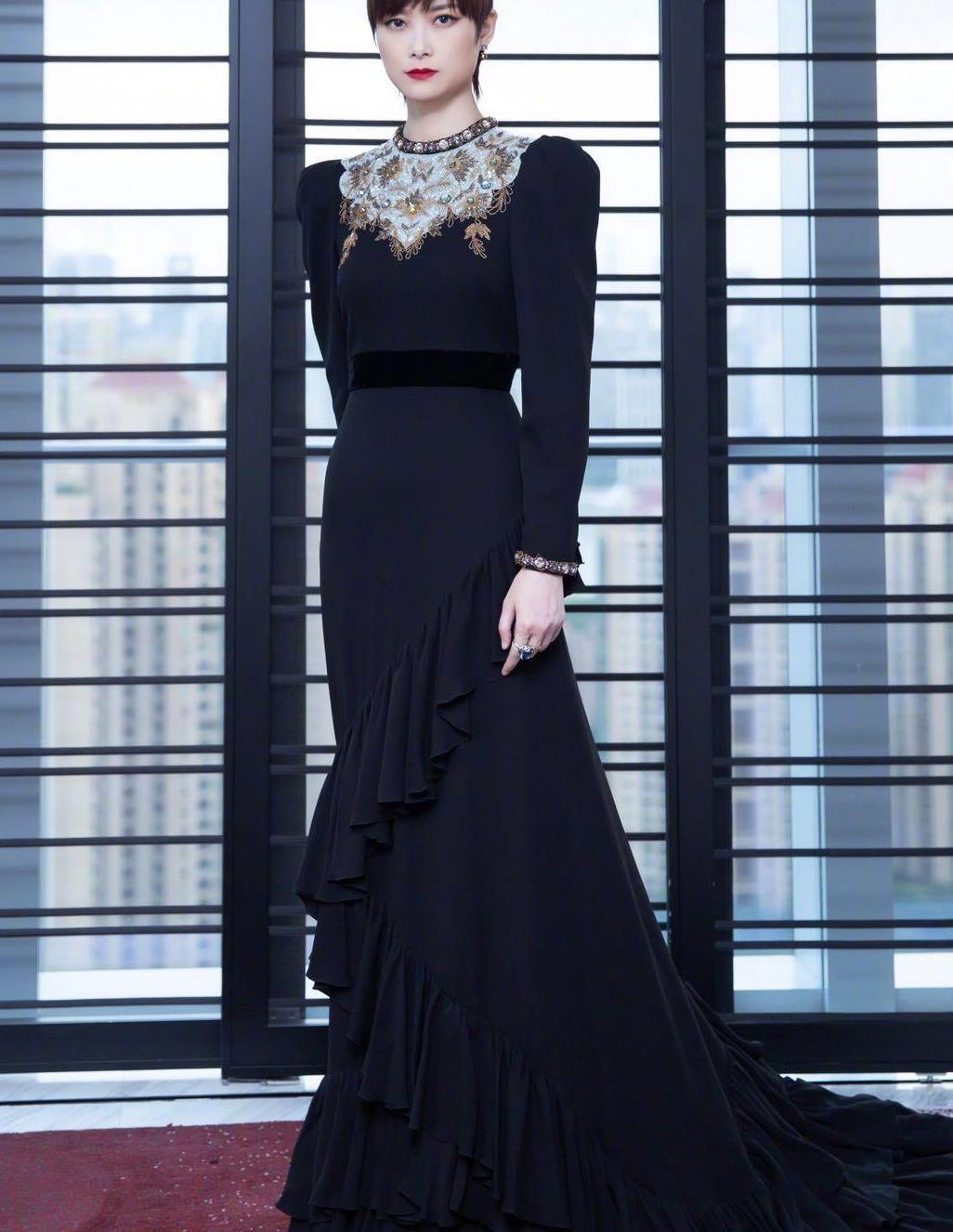 李宇春穿定制裙,很不一般,复古时尚穿出新时尚感